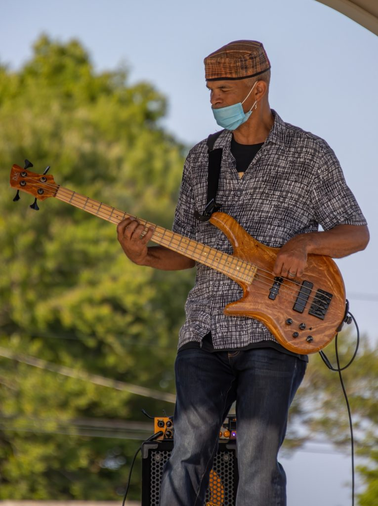 Steve Clarke of Steve Clarke and Friends plays for the crowds - Tomas Koeck